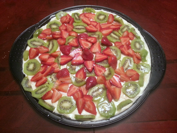 gluten-free dessert fruit pizza with strawberries and kiwis
