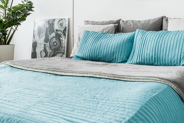 turquoise decorative bedding in bedroom
