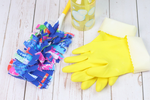 reusable swimmer duster on table with cleaning gloves